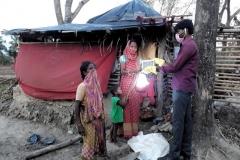 Zerstörung-und-Hilfe-Frauen-erhalten-Solar-Lampe