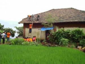 In einem abgelegnene Dorf der indischen Ureinwohner werden die Paneele eines Solar-Kiosks installiert.