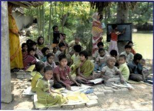 Die natürlichen Ressourchen sind spärlich - und werden vom Klimawandel weiter bedroht. Bildung verspricht bessere Chancen, auch wenn die Schule sehr einfach ist. (Foto: Sampurna)