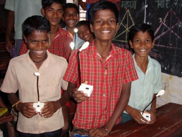 Kinder haben ihre neuen Solar-Lampen erhalten