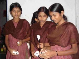 """Mädchen mit Solar-Lampen - Schule für """"Ureinwohner"""" am Fuße der Hügel  (Foto: greenap)"""