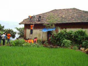 Montage der Solar-Paneele im Kiosk zwischen Reisfeldern und Hügeln (Foto: greenap)