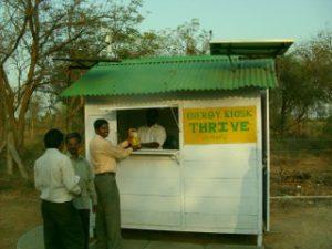 Ein Solar-Kiosk - hier werden die Solar-Lampen von einem lokalen Techniker aufgeladen und gewartet. Ein Service, der weniger kostet als der bisher von Petroleum-Lampen verbrauchte Brennstoff.  (Foto: THRIVE)