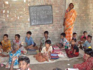 Eine einfache Schule in Calcutta - es gibt weder Möbel noch Strom. Solarlampen helfen den Kindern bei der Hausarbeit und sind ein Anreiz zum regelmäßigen Schulbesuch. Foto: greenap