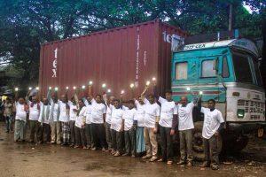 LKW-Fahrer mit den neuen Solar-Lampen