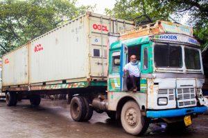 alter LKW mit Container