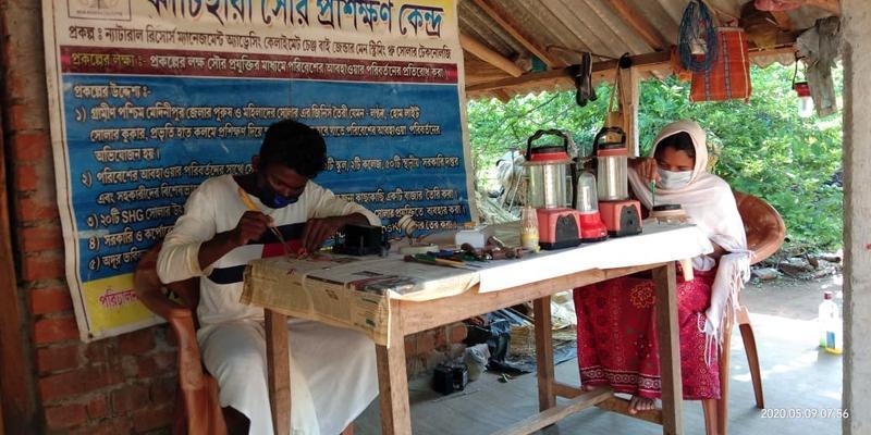 """Zusammenbau von Solar-Laternen: indische """"Ureinwohner"""" montieren Lampen"""