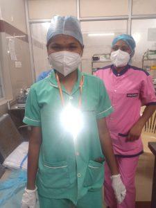 Pflegekräfte mit Solar-Lampen